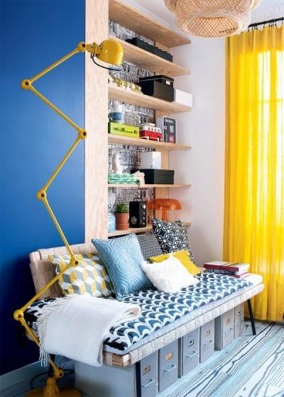 Desain ruang tamu dengan fokus linear