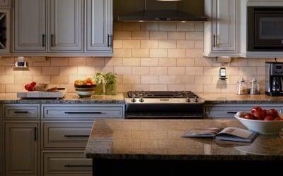 Desain Rak dapur dengan pencahayaan tersembunyi