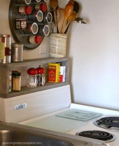 desain rak dapur tepat di dekat kompor